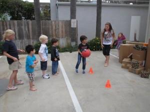 アングリーバードのゲーム。積み上げたダンボールに向かってボールを投げる。