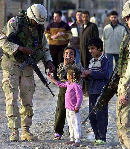 イラクの子供にキャンディを渡すアメリカ兵 from ljworld.com