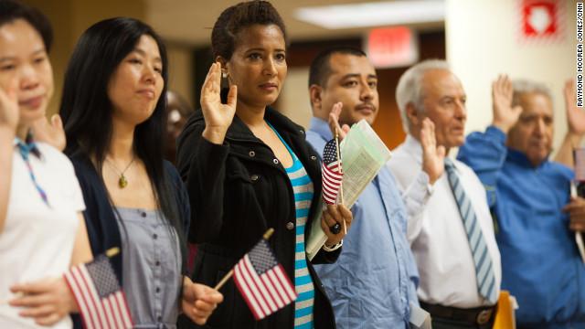アメリカ市民権を得る上で宣誓する人たち from cnn.com
